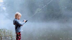dziecko łowiące ryby